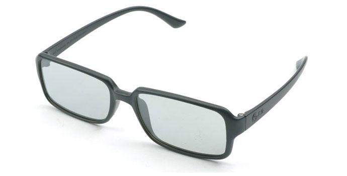 عینک پسیو  تلویزیون های سه بعدی . همانطور که می بینید وزن این عینک ها بسیار کمتر از حالت اکتیوشان است.